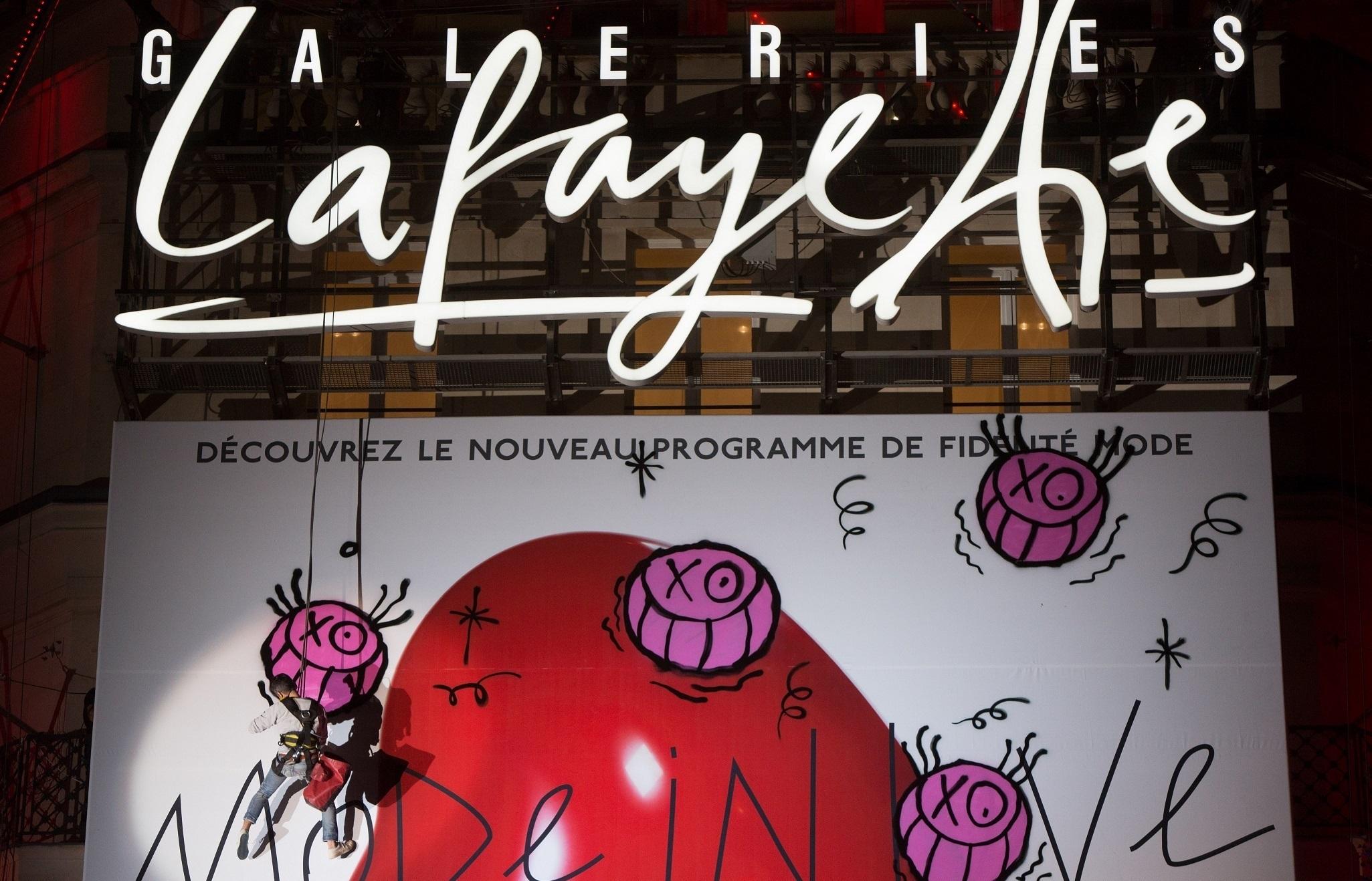 Paris: Performance De Andre Aux Galleries Lafayettes Haussmann