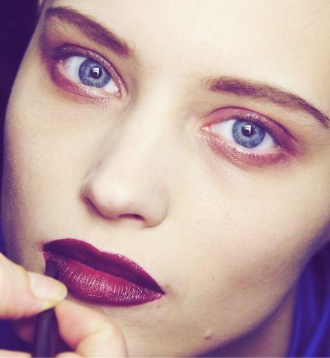 Comment porter le rouge à lèvres bordeaux?