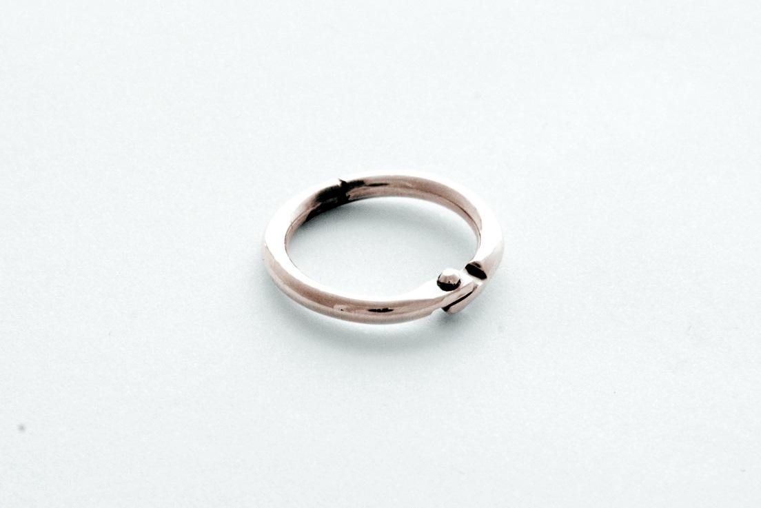 """L'alliance reliure : """"Cet anneau sert également à relier…..mais peut se détacher…. car il n'y a pas d'amour sans liberté…ce lien qui unit 2 personnes les laisse libres d'exister …"""""""