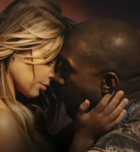 Kim Kardashian et Kanye West qui se roulent des pelles sur une moto
