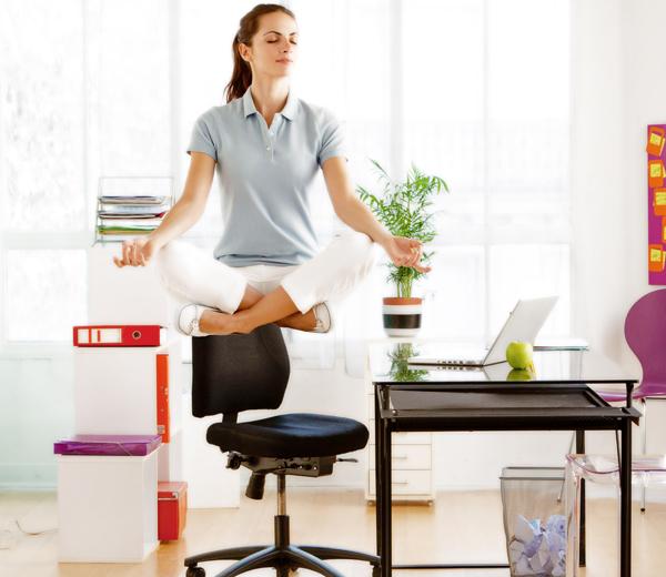 yoga 5 exercices faire au bureau pour se d tendre. Black Bedroom Furniture Sets. Home Design Ideas
