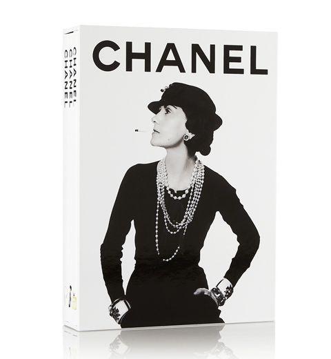 Chanel, trois livrets qui retracent le parcours de la créatrice