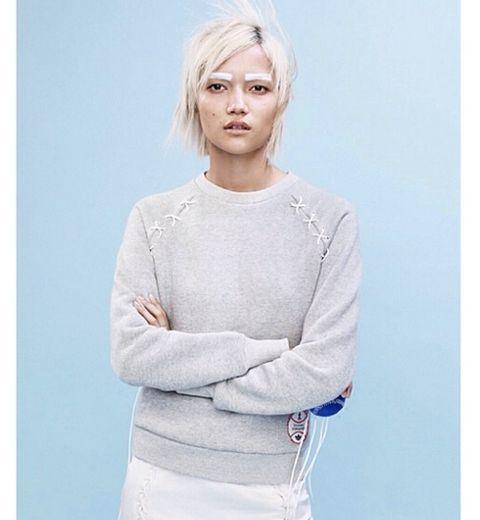 Les sourcils blancs du mannequin Adidas Originals x Opening Ceremony