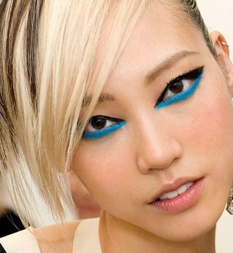 Tuto: comment porter l'eye-liner bleu électrique?