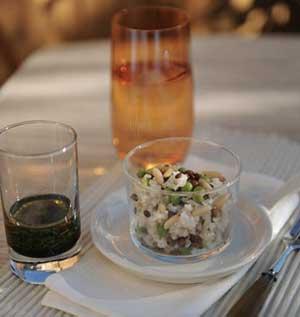 Taboulé de boulgour de riz, lentilles, petits pois et raisins secs