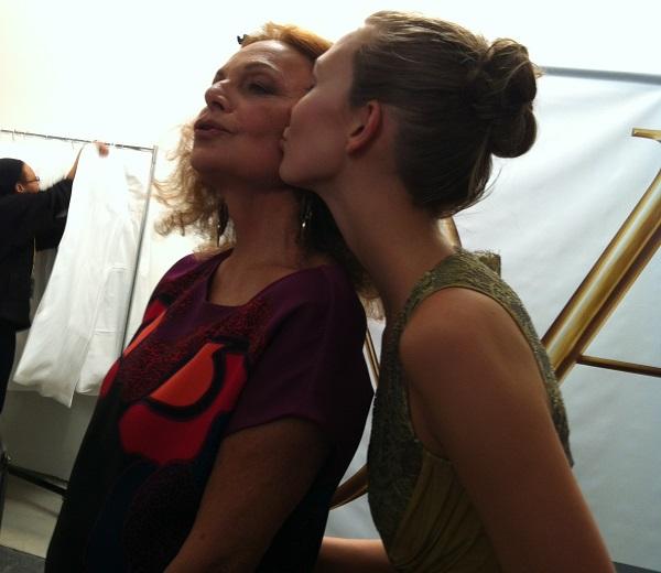 Diane von Furstenberg et Karlie Kloss en backstage après le show