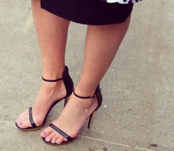 A l'extérieur du défilé, des fashionistas piétinaient pieds nus sur le verglas.