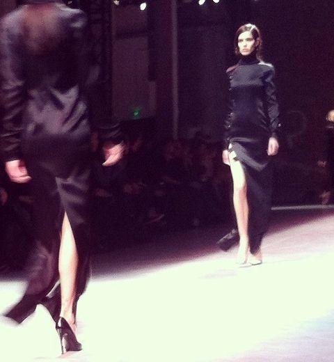 Paris Fashion Week : Anthony Vaccarello, en rouge et noir (et en jambes)