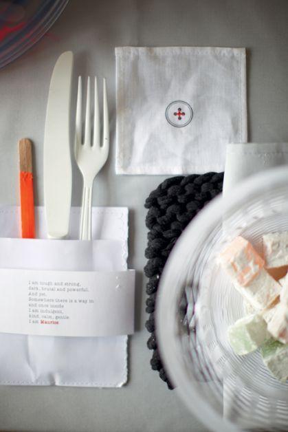 Assiette et couverts en papier avec déco en papier