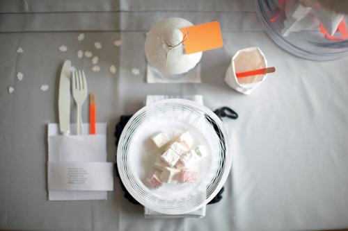 Photo d'une table de décoration DIY avec des assiettes et couverts en bois et papier