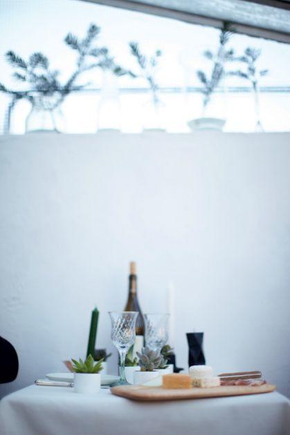 Table minimaliste avec des verres blancs et des planches en bois