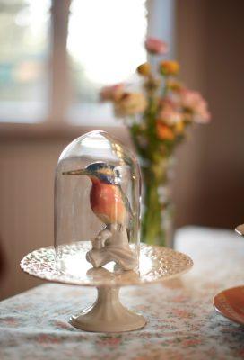Globe en verre avec un oiseau en céramique à l'intérieur