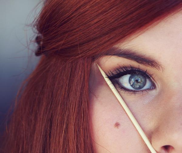 Utilisation d'un petit bâton en bois pour tracer un trait d'eye-liner parfait.