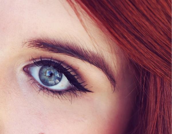 Photo d'un oeil maquillé par un trait d'eye-liner parfait.