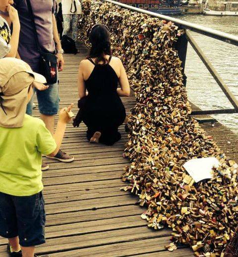 Le Pont des Arts succombe sous le poids de l'amour