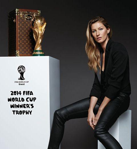 Gisèle Bündchen et la malle trophée Louis Vuitton pour la finale de la Coupe du Monde
