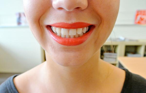 Manon porte le rouge à lèvres Kiss Kiss de Guerlain, teinte Sexy Coral - 37€. Dispo en août 2014.