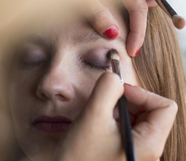 Déposez la couleur la plus foncée dans le coin externe de l'oeil.