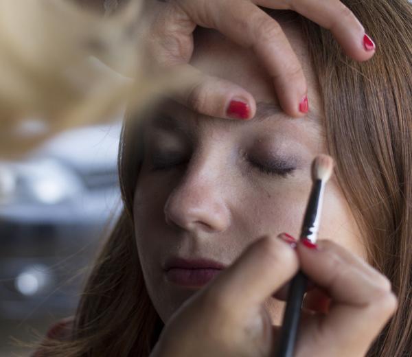 Ensuite, appliquez la deuxième ombre la plus claire de la palette Hypnose sur l'ensemble de la paupière.