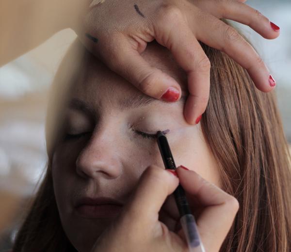 Faites un trait de crayon mauve à la base des cils supérieurs et estompez-le au pinceau.