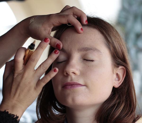 Apportez plus de lumière à certaines zones du visage (comme les paupières) à l'aide du stylo Touche Eclat.
