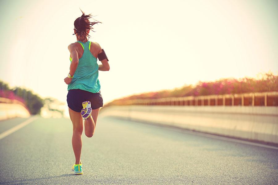 Femme en tenue de sport en plein running.