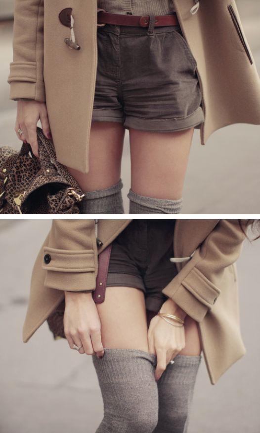 Avec un long manteau et un short, pour apporter de la dimension à la tenue (trouvé sur debbiefashiondesignblog.blogspot.com)