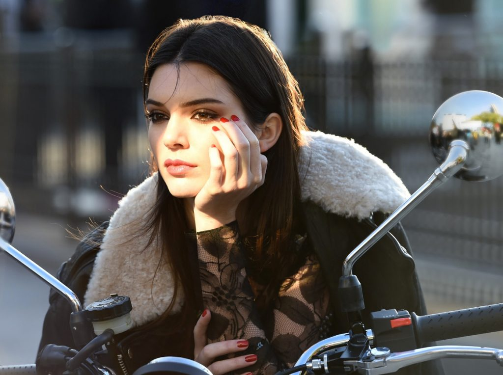 Behind-the-scenes-on-an-Estee-Lauder-ad-shoot-with-Kendall-Jenner.-Photo-courtesy-of-Est_e-Lauder