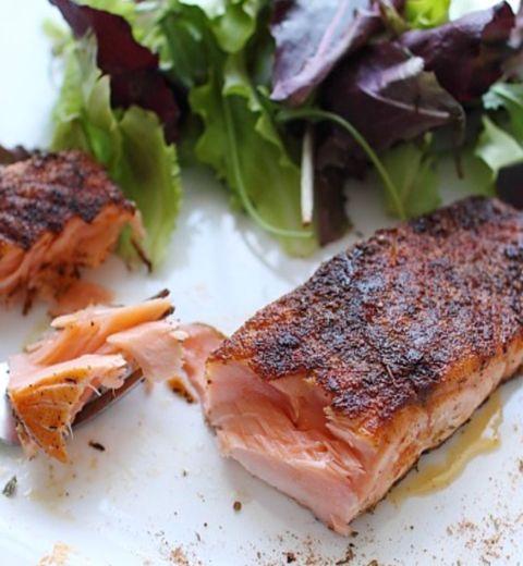 Pavés de saumon en croûte d'épices à cajun et salade de concombre