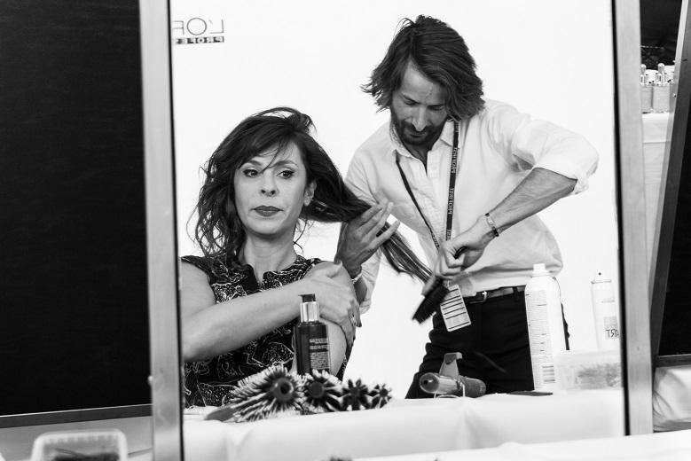 Pour Tania Garbarski, maquillage Dior glamour, sublimé avec une coiffure hollywoodienne, les cheveux fixés en banane sur le côté.