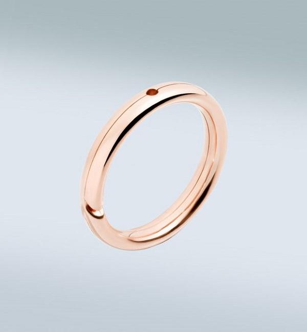Bague brisée : 265€, à laquelle on peut fixer différents bijoux. Notez que tout est fabriqué dans les ateliers de Pomellato, à la main, dans les mêmes matériaux.