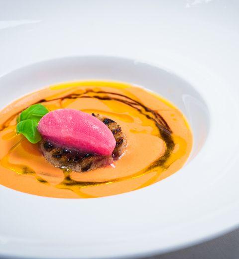 Gaspacho de tomates et fenouil, sorbet de cranberries, crevettes grises d'Ostende, pain grillé et basilic