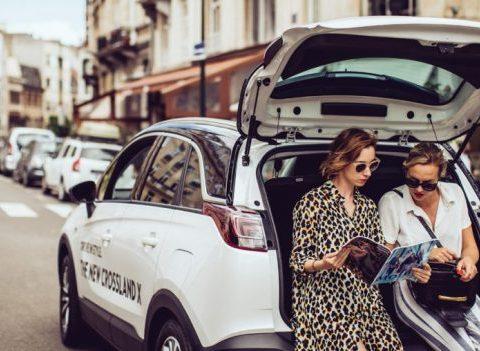 Beauté to go : conseils make-up pratiques en voiture