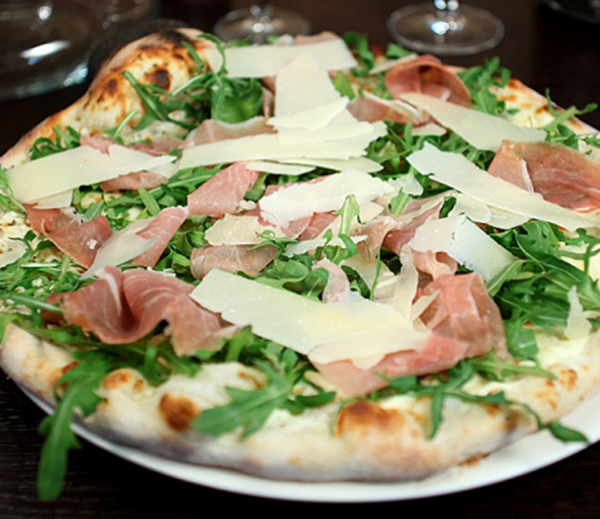 pizza-jambon-parmesan-588x391