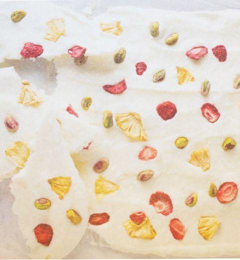 L'en-cas : tablette de yogourt, pistaches et fruits lyophilisés