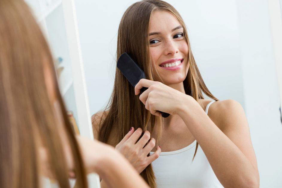 femme brosse cheveux