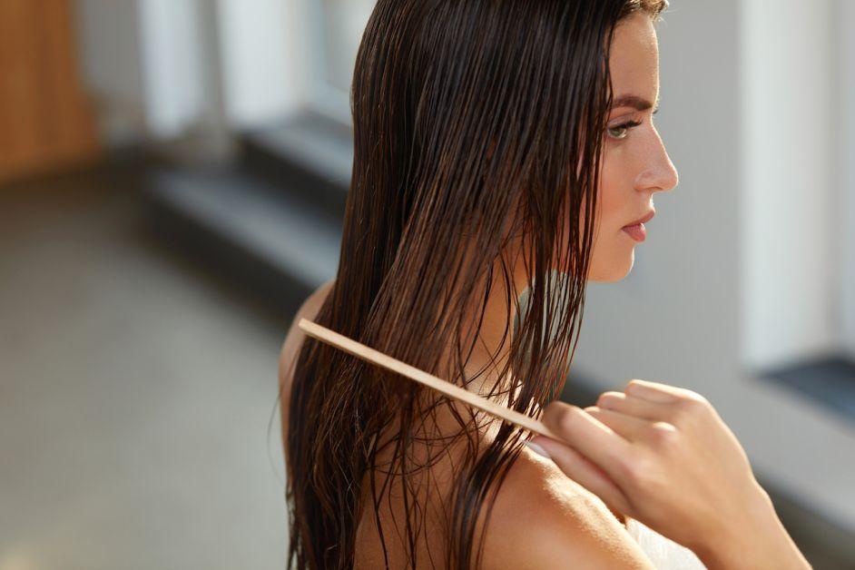 femme peigne cheveux