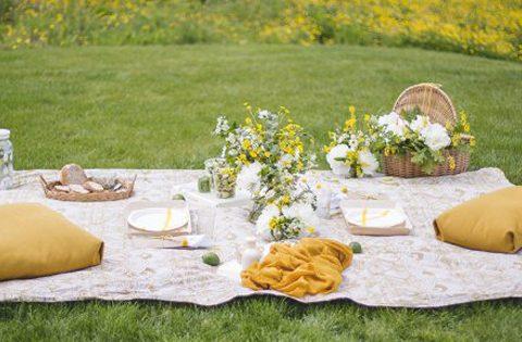 Mariage: pique-nique champêtre en jaune et blanc