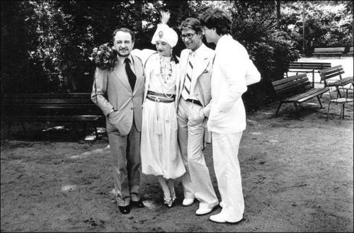 Le couple entouré de Pierre Bergé et Yves Saint Laurent.(c)Marineau/Starface 1977-