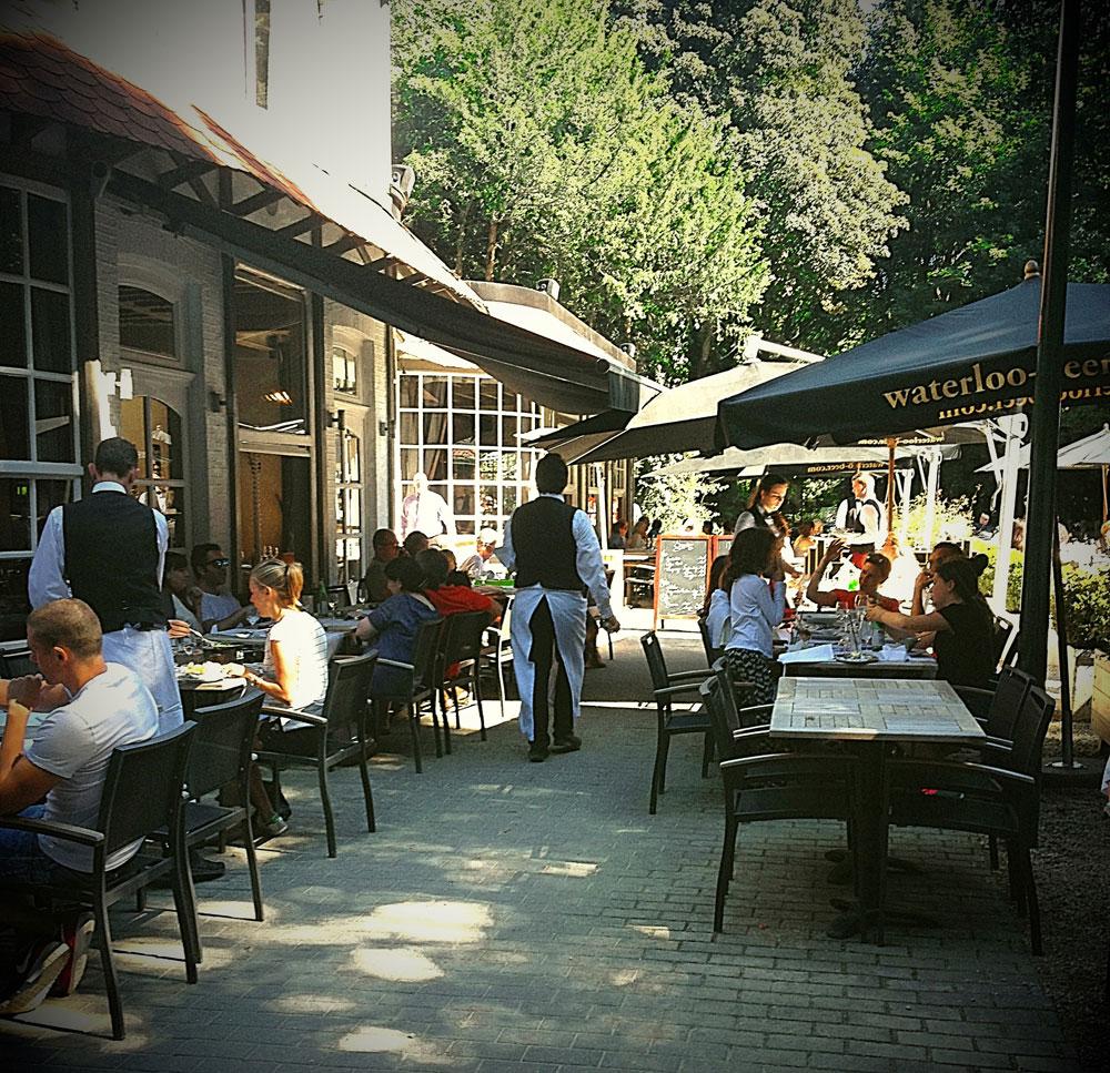 La terrasse XXL de la Brasserie de la Patinoire et ses serveurs à la mode parisienne