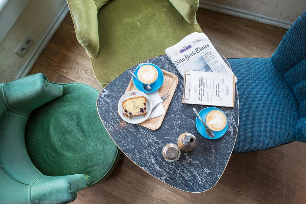 Photo prise du haut d'une table du Café Capitale dans le centre de Bruxelles