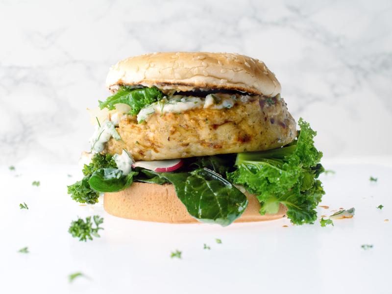 Burger de crevettes caramélisé au sauce soja, sauce tartare aux baies de goji bio et aux fines herbes, poêlée de kale et épinards frais émincés aux oignons