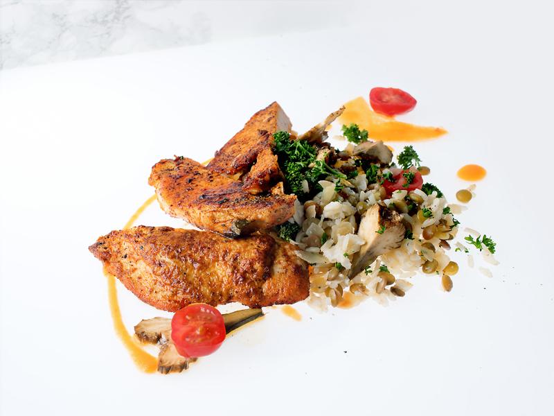 Escalope de coucou de Malines grillée au paprika, salade de riz complet bio, lentilles bio, amandes, artichauts, huile quatuor bio