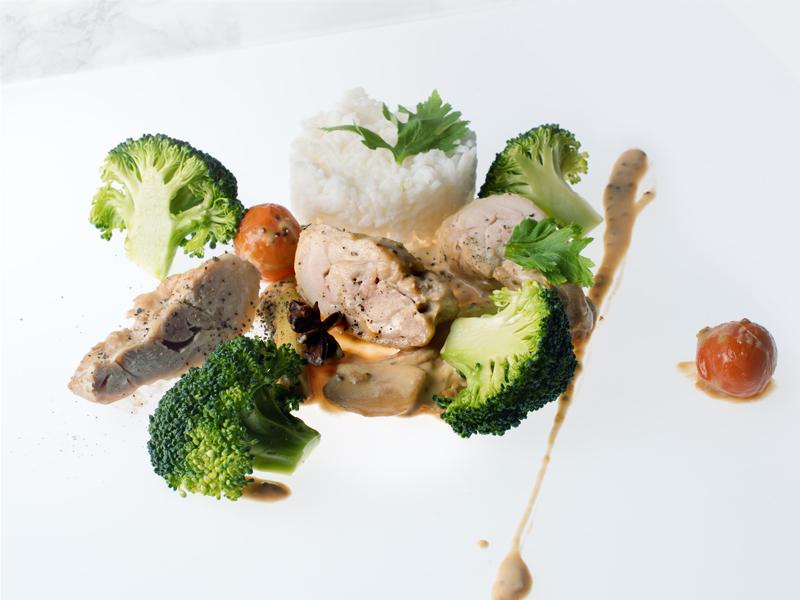 Haut de cuisse de poulet fermier au lait de coco et à la citronnelle, riz thaï et brocoli à la vapeur