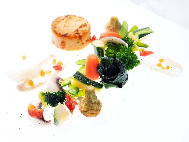 Panier de légumes cuits à la vapeur, panisse aux tomates séchées, parmesan et abricots