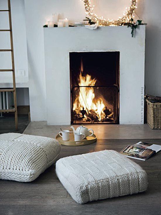 Investir dans de grand coussin ou poufs pour trainer confortablement au coin du feu.