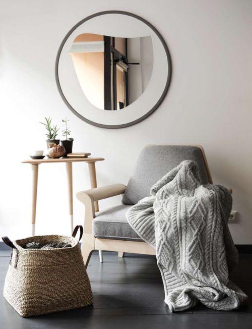 Décorer avec de grands paniers en osier dans lesquels déposer les coussins, couvertures et magazines.