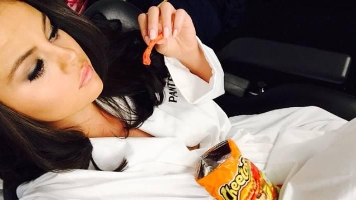 selena gomez mange des cheetos