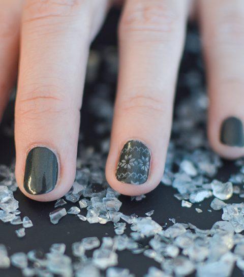 Un nail art de Noël chic et facile grâce au stamping