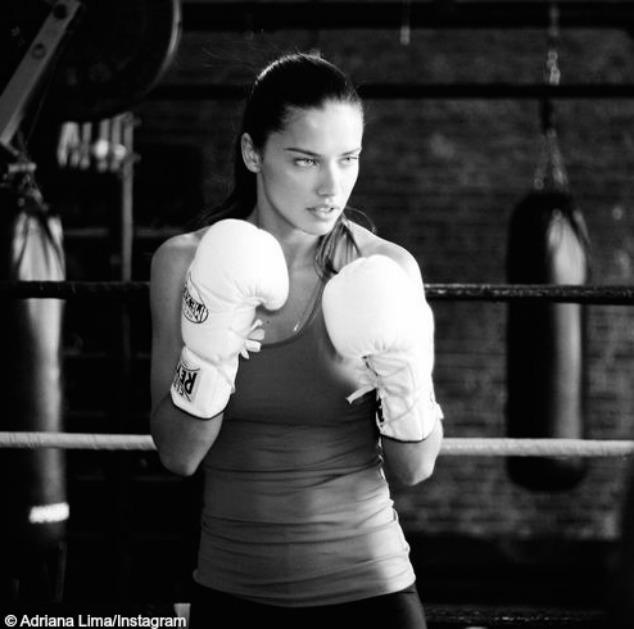 Le kickboxing. Ce sport muscle vraiment le corps, et surtout les zones stratégiques pour les femmes (abdos, fessiers, bras, cuisses, etc.). Une séance de kickboxing brûle plus de calories que la natation, la marche et le fitness.